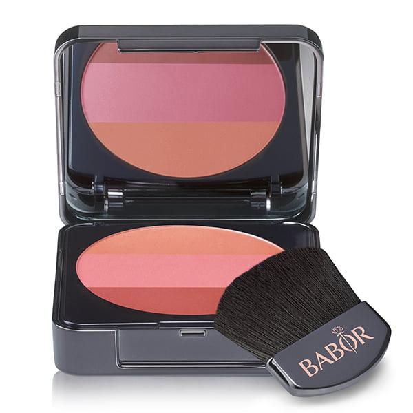 Babor AGE ID Tri-Colour Blush i 2 fargepaletter er et trefarget presset rødmepulver som lar deg forme ansiktet og skape konturer som ser naturlig ut – takket være blandingen av lyse og mørke nyanser, kan lys- og skyggeeffekter produseres umiddelbart.