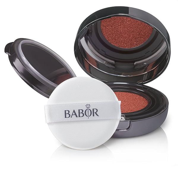 Babor AGE ID Cushion Blush er en flytende rouge on-the-go i 2 myke fargenyanser med diskret fargeeffekt og lett kremet tekstur for naturlig, frisk no-makeup-look og rødlige kinn.