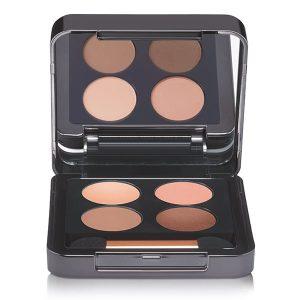 Babor AGE ID Eye Shadow Quattro i 2 fargepaletter er en silkemyk øyenskygge i fire koordinerte nyanser med en matt og en blank finish som skaper en komplett, koordinert øyesminke med matte og skinnende effekter der den mørkeste nyansen også kan brukes som et øyenbrynspulver.