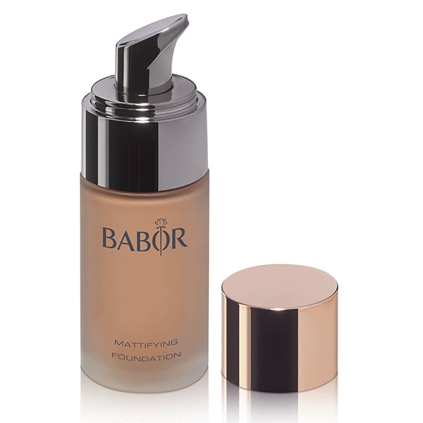 Babor AGE ID Mattifying Foundation i 3 farger har en fire ganger anti-aldringseffekt og gir variabel dekning og kondisjonering for fet og kombinert hud og gir huden et naturlig, velpleiet utseende.