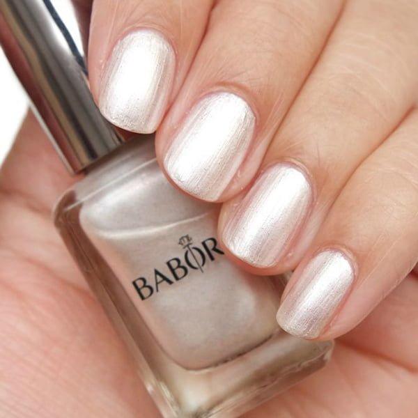 Babor AGE ID Nail Colour i 10 farger er en strålende, langvarig neglelakk med en spesiell høyteknologisk formel som kombinerer en strålende blank finish med rask tørketid og holdbarhet – den flate, brede børsten muliggjør et raskt, enkelt og spesielt jevnt resultat.