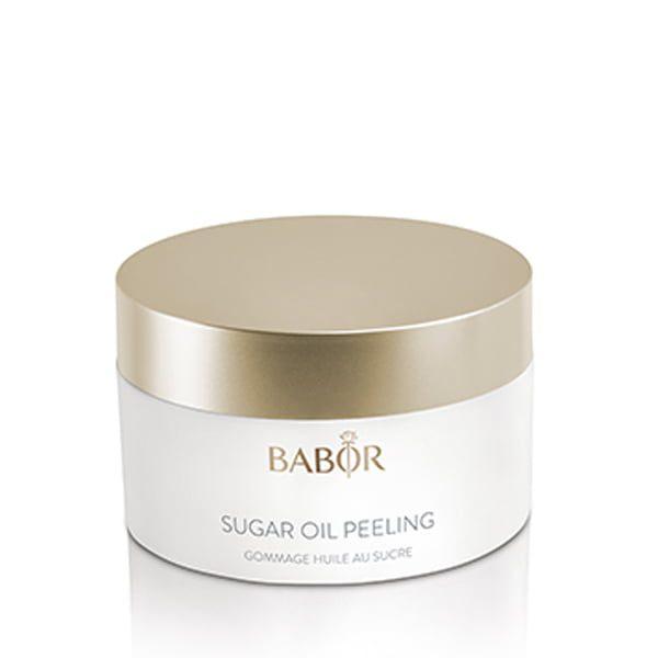 Babor Cleansing Sugar Oil Peeling er en glattstrukturert, balanserende sukker- og olje-peel som eksfolierer med en varm, woody velværeduft som etterlater huden myk og smidig.