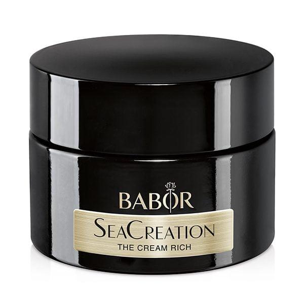 Babor SeaCreation The Cream Rich er en luksuriøs anti-aging ansiktskrem med en rik konsistens. SeaCreation beskytter mot for tidlig aldring av huden, fremmer aldrende hudfunksjoner og reduserer eksisterende tegn på aldring av huden. Huden virker fastere, glattere og ungdommelig frisk.