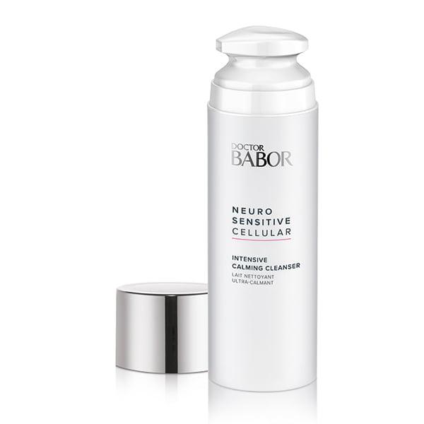 Doctor Babor Neuro Sensitive Cellular Intensive Calming Cleanser er en mild rensende melk med lipidpåfyllende egenskaper for ekstremt tørr, sensitiv hud som også kan brukes som en støttende hudpleiebehandling mot nevrodermitt (atopisk eksem) i løpet av symptomfrie intervaller.
