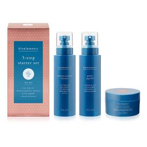 Bioelements Kits 3-Step Starter Set Dry Skin tretrinnssystemet inneholder en rengjøringskrem, toner og fuktighetskrem i mini-størrelse for å holde tørr hud hydrert og behagelig, uten å frarøve huden essensiell fuktighet.