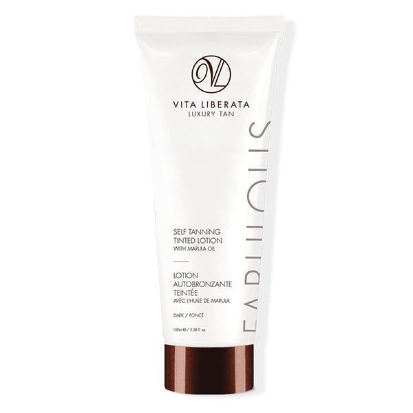 Vita Liberata Fabulous Self Tanning Tinted Lotion glir lett på huden og er beriket med organiske botaniske stoffer for å berolige og kondisjonere huden, mens den gir en strålende solbrun som utvikler seg i løpet av 4–8 timer og tørker i løpet av sekunder.