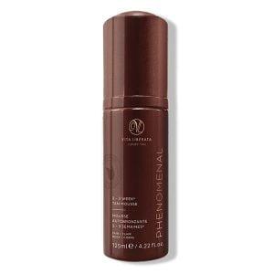 Vita Liberata pHenomenal 2–3 Week Tan Mousse Fair leverer en strålende farge på kroppen og ansiktet som varer opptil 2–3 uker. Denne nærende solingmousse gjør det perfekte alternativet til soleksponering.