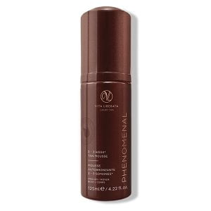 Vita Liberata pHenomenal 2–3 Week Tan Mousse Medium leverer en strålende farge på kroppen og ansiktet som varer opptil 2–3 uker. Denne nærende solingmousse gjør det perfekte alternativet til soleksponering.