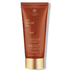 Vita Liberata Ten Minute Tan er en ekstremt nærende, hurtigvirkende karamellfarget solbruning med botaniske anti-age ekstrakter som gir huden en gyllen glød som begynner å vises etter bare ti minutter, samtidig som den er en fuktighetsgivende kroppsbehandling.
