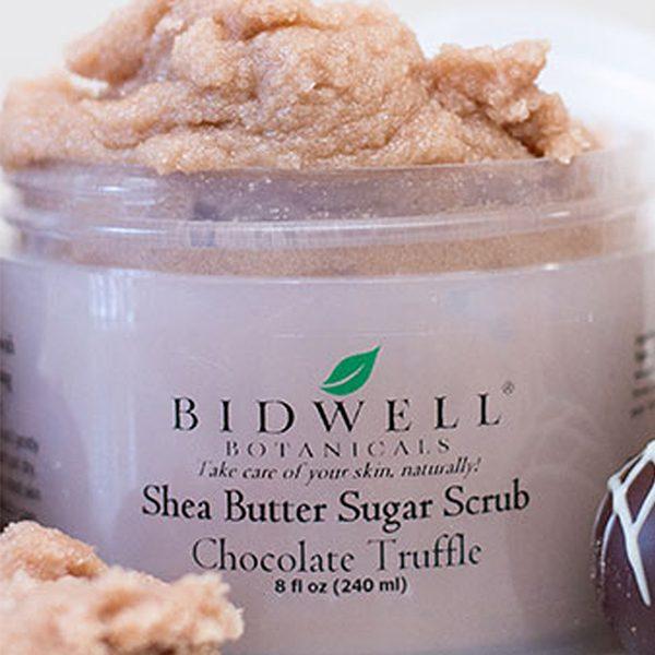 Forny hudtekstur med den eksklusive Bidwell Botanicals Sugar Scrub Chocolate Truffle. Laget med en kombinasjon av luksuriøse oljer, organisk kakao, fuktighetsgivende kakaosmør og sheasmør, vil denne deilig duftende konfekten fjerne døde hudceller slik at huden din får en supermyk glød. Et marshmallow-ekstrakt er lagt til for en ekstra glatt følelse. Ren dekadens for badegleden din.