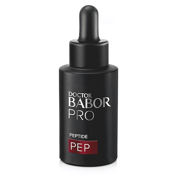 Doctor Babor PRO PEP Peptide Concentrate gir en botox-lignende effekt med et signalpeptid og zanthoxylum ekstrakt. Peptidet avbryter overføring av signaler og fører til reduksjon av mikrospenning i huden. Zanthoxylum ekstrakt støtter den naturlige løfteeffekten og skaper en overfladisk nummenhet. Huden virker fast, avslappet og rynker er mindre synlige.