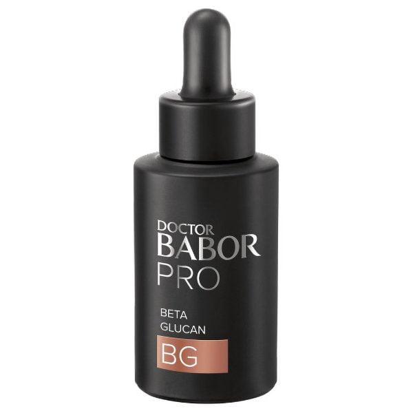 Doctor Babor PRO Concentrates Beta Glucan Concentrate hjelper med å berolige akutt stresset hud og øke hudens naturlige forsvarsmekanismer for sterkere utseende og roligere følelse av huden. Beta glucan har vist seg å hjelpe huden til å føle seg rolig, berolige irritasjonen og fremme hudens naturlige foryngelsesprosess.