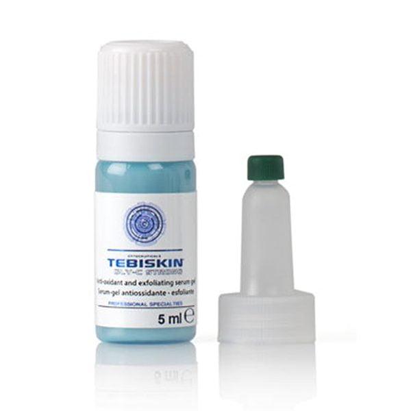 """Tebiskin GLY-C Strong Serum er et svært effektivt produkt som kombinerer peelingegenskapene til glykolsyre og antioksidantvirkningen av askorbinsyre (C-vitamin). Den konsentrerte formelen gjør det mulig å oppnå raske og betydelige resultater på dype linjer, melaninavleiringer (mørke flekker på huden), hud med tap av smidighet. På grunn av dets egenskap, kan produktet brukes som et vanlig booster-serum eller som en """"peeling""""-behandling i henhold til prosedyrene spesifisert nedenfor."""