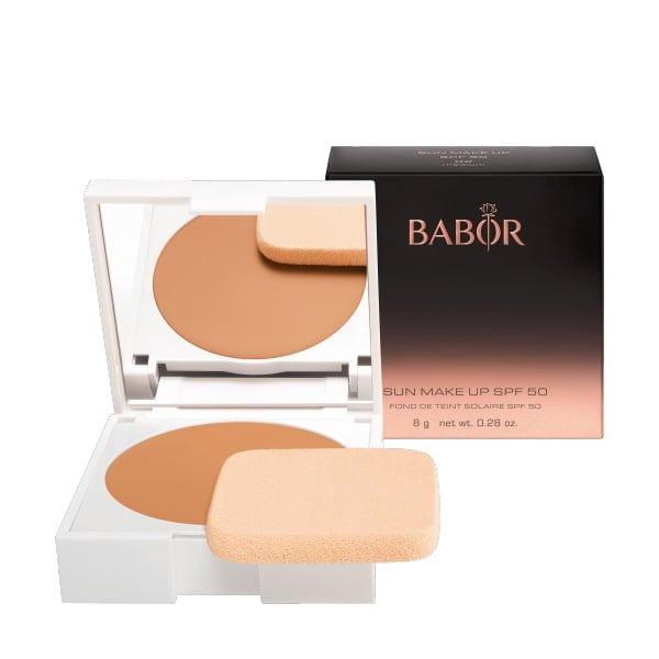 Babor AGE ID Sun Makeup 02 Medium SPF 50 er et flytende kremfundament med middels dekning i to naturlige nyanser for en naturlig hudfarge.