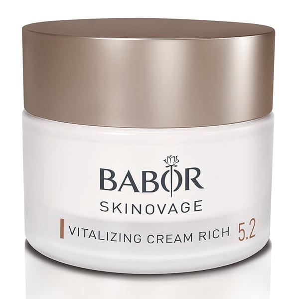 Babor Skinovage Vitalizing Cream Rich er en rik ansiktspleiekrem for å vitalisere sliten og blek hud som trenger litt mer lipider. Stress eller emosjonelle belastninger, men også miljøpåvirkninger som UV-stråling, blått lys eller forurensning, får ofte huden til å se sliten, utmattet og blek ut. Den har ofte et matt uttrykk, ser grov og ujevn ut, og har mistet elastisitet, vitalitet og soliditet. Huden mangler energi til å kjempe mot skadelige miljøpåvirkninger og for å la hudens regenereringsprosess gå optimalt. Som et resultat mangler den motstand mot eksterne stressfaktorer, og den eldes raskere.