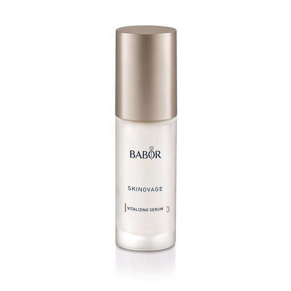 Babor Skinovage Vitalizing Serum ble utviklet spesielt for å vitalisere sliten og blek hud og gir den jevnere, mer avslappet og vitalisert utstråling.