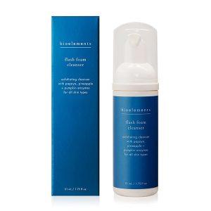 Bioelements Flash Foam Cleanser, er en eksfolierende skumrens for alle hudtyper med naturlige enzymer som fjerner døde hudceller, urenheter, smussog sminkerester og i tillegg gir en peelingeffekt.