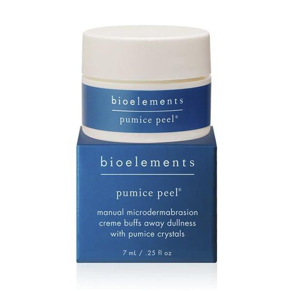Bioelements Corrective Treatment Masks + Exfoliators Pumice Peel er en ansiktskrubb bestående av rensende hvite pimpsteinkrystaller, ginseng ekstrakt og antioksidanter. Pumice Peel fjerner døde hudceller og fremskynner produksjonen av nye. Dette vil stimulere collagenet og elastisiteten i huden din og vil dermed bidra til at overflatelinjer og rynker ser ut til å falme. Veldig fin mot pigmentflekker og arr.