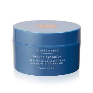Ønsker du hydrert hud selv om du har fet hud? Med Bioelements Moisturizers Beyond Hydration oljefrie fuktighetskremen vil du binde fuktighet uten å tette porer eller etterlate huden oljete. Hemmeligheten bak hydrert fet hud finner du med Beyond Hydration fra Bioelements som er en oljefri fuktighetskrem som passer perfekt for de med fet hud, evt også acne hud. Denne forfriskende geléformelen forhindrer tap av fuktighet fra huden og binder nødvendig vann til overflaten med pro-vitamin B5, adaptogene kinesiske urter og energigivende essensielle oljer. Den vil ikke tette porer eller føre til utbrudd og huden vil ikke kjennes fet etter kremen. Beyond Hydration vil også styrke huden din ved hjelp av ingredienser som ingefær, sumac, gotu kola, og dong quai, samtidig som timian vil roe ned og salvie vil astringere (trekke sammen porer). Påføres over ditt serum på ren hud morgen og/eller kveld.