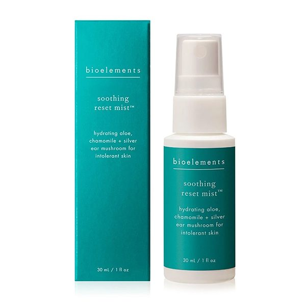 Bioelements Soothing Reset Mist er en beroligende toner som gjør sensitiv hud næret, hydrert og beskyttet. Inneholder terapeutisk aloe vera og kamille, pluss dypt fuktighetsgivende og barriereforsterkende kinesisk medisinsk sølvøre sopp for komfort, redusering av synlig rødhet og roe ned reaktiv hud.