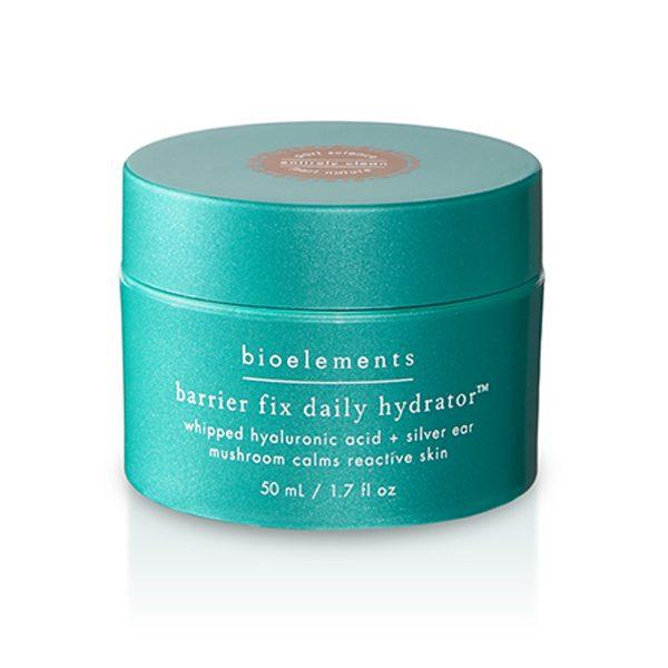 Barrier Fix Daily Hydrator fra Bioelements er ansiktskremen for deg med sensitiv hud da den gir fuktighet, linder irritasjoner og rødhet i huden, og styrker en sensitiv hudbarriere.Mange med sensitiv hud har somregel også tørr hud og for dem er det viktig å bruke Stress Solution og/eller Moisture x10 under Barrier Fix Daily Hydrator.
