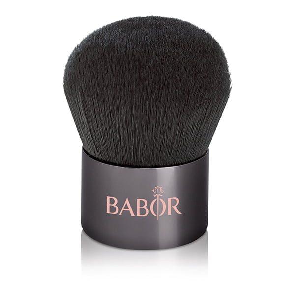 Babor Age ID Kabuki Brush er en pulverbørste av super høy kvalitet spesielt utviklet for anvendelse av Babor Age ID mineral pulver fundament og den praktiske størrelsen gjør den ideel å ta med seg og passer enkelt i hvilken som helst sminkeveske for reise eller touch-ups.