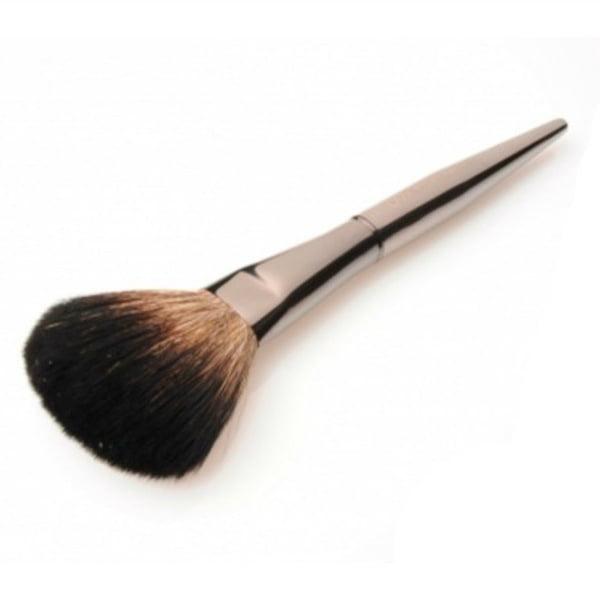 DMK Cosmetics Premier Powder Brush er en fantastisk myk og luksuriøs pudderkost med stor, naturlig bust. Det robuste håndtaket gjør den enkel å jobbe med.