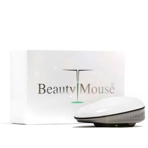 Dermaroller Beauty Mouse stimulerer fornyelse av hudens kollagenfibre og øker sirkulasjonen i huden, noe som effektivt minker forekomsten av cellulite og slapp hud på lår, rumpe og overarmer. Beauty Mouse Dermaroller har små ruller med ultra tynne nåler som rulles lett over huden. Den har form som en PC mus, ligger ergonomisk i hånden og er enkel å rulle over problemområdene. Behandlingen utføres med lett hånd, lett trykk, er smertefri og uten risiko for å skade huden.