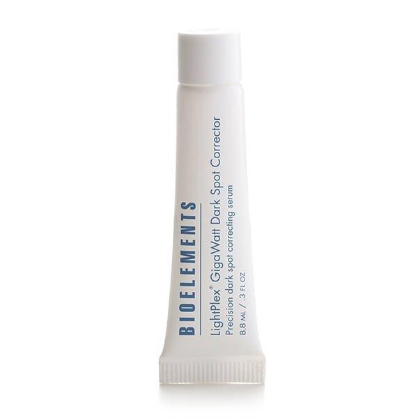 Bioelements Lightening + Brightening LightPlex GigaWatt Dark Spot Corrector påpeker og utsletter gjenstridige, isolerte aldersflekker, misfarging, UV-skader og tegn på fortidsakne. En proprietær, tredobbelt blanding med mer enn maksimale nivåer av hudfargestoffer virker bare der de trengs. Fargeintensiteten synker og flekker lysner. Dermatolog og klinisk testet for å være ikke-irriterende.