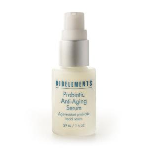 Probioteic Anti-Aging Serum fra Bioelemens gir en naturlig mikroflora-balanse til huden som er viktig for at huden skal forbli aldersbestandig og sterk. Denne avanserte formelen er fullpakket med aktive probiotika nedsenket i soya- og rismelkproteiner for å bekjempe de synlige effektene av aldring som linjer og rynker. Dette gjør at huden virker yngre og synlig glattere. I denne formulaen vil anti-aldrende probiotika målrettet bedre effekten av eksterne stressfaktorer og hjelpe huden til å motstå rødhet og bekjempe linjer.