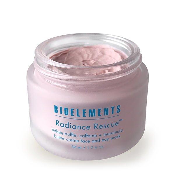 Bioelements Corrective Treatment Masks + Exfoliators Radiance Rescue hudmaske inneholder sjeldne hvite trøfler som hjelper til med å øke hudens elastisitet og fuktighet som bidrar til å redusere utseendet på linjer og puffiness rundt øynene. Koffein vekker hudens mikrosirkulasjon og gjenoppretter ungdommelig spenst. I tillegg gir murumuru og sheasmør fettsyrerik fuktighet for å holde huden myk og elastisk mens den styrker hudens barriere. Resulterer i en glødende, mindre foret hud, med en intens misunnelsesverdig luminescens.