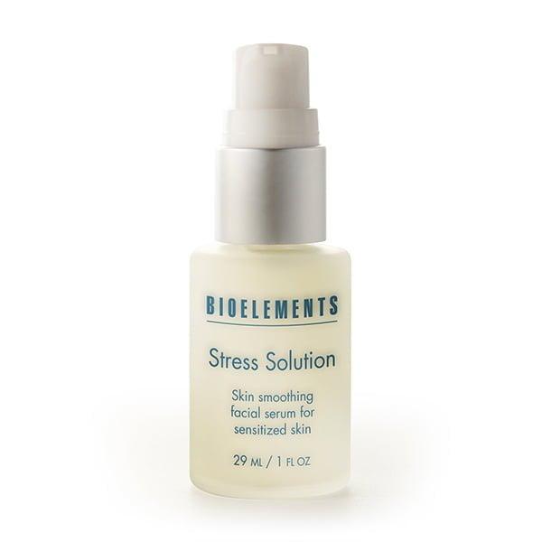 Bioelements Stress Solution er et lett serum som beskytter mot synlig irritasjon forårsaket av overdreven peeling, miljøirriterende stoffer, aggressive aktuelle produkter eller kronisk følsomhet. Formulert med kaprifolblomst, kornblomst og lakrisrot, pluss vitamin E og A. Beroliger og kjøler stresset hud, binder fuktighet, forbedrer tekstur og hjelper huden til å se sunn glatt ut. Finnes også i ministørrelse.