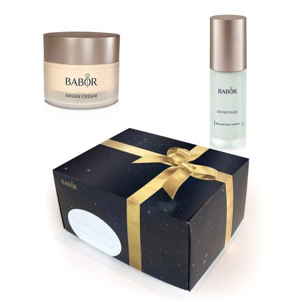 Tradisjonen tro får du duo-pakker med Babor Skinovage til en uslåelig pris frem til jul. Pakkene leveres med en lekker gaveeske. Innhold, gavesett nr. 3: Argan Cream – 50 ml Moisturizing Serum – 30 ml