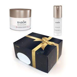 Tradisjonen tro får du duo-pakker med Babor Skinovage til en uslåelig pris frem til jul. Pakkene leveres med en lekker gaveeske. Innhold, gavesett nr. 4 – Calming: Calming Cream – 50 ml Calming Serum – 30 ml
