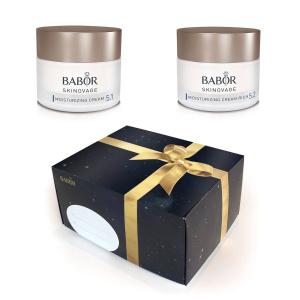 Tradisjonen tro får du duo-pakker med Babor Skinovage til en uslåelig pris frem til jul. Pakkene leveres med en lekker gaveeske. Innhold, gavesett nr. 1 – Moisturizing: Babor Skinovage Moisturizing Cream – 50 ml Babor Skinovage Moisturizing Cream Rich – 50 ml