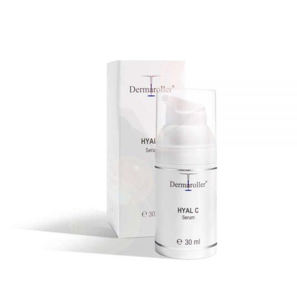 Dermaroller Hyal C Serum er et veldig fuktighetsgivende hyaluronsyreserum beriket med vitamin C. Dette gjør det til et reelt innsidertips når det gjelder anti-aldringsbehandling. Serumet støtter hudens forsvar mot celleskader takket være berikelsen med vitamin C. Celleskader er forårsaket av frie radikaler, som eksosgasser, nikotin eller andre skadelige påvirkninger, samt av en usunn livsstil. For tidlig aldring av huden er resultatet – huden din ser fort ut sliten, blek og hengende. Vitamin C kan motvirke dette og til og med redusere forekomsten av aldersflekker. Vitamin C støtter også dannelsen av kollagen.
