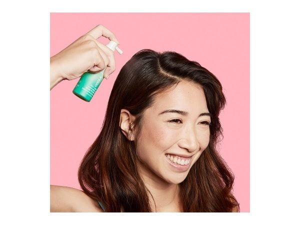 Denne solsprayen for hår og hodebunn med SPF 30 beskytter de ofte glemte områdene som hårfeste og skille. Den er en vannresistent mist som ikke tynger håret og får det ikke til å se fett ut. Inneholder fargebeskyttende ingredienser, som beskytter farget hår fra å falme i solen. Perfekt til beskyttelse av både selve håret, og for huden på hodet som også er utsatt i solen. Passer til alle for beskyttelse av hår og hud på hodet mot og påvirkning fra UV stråling.