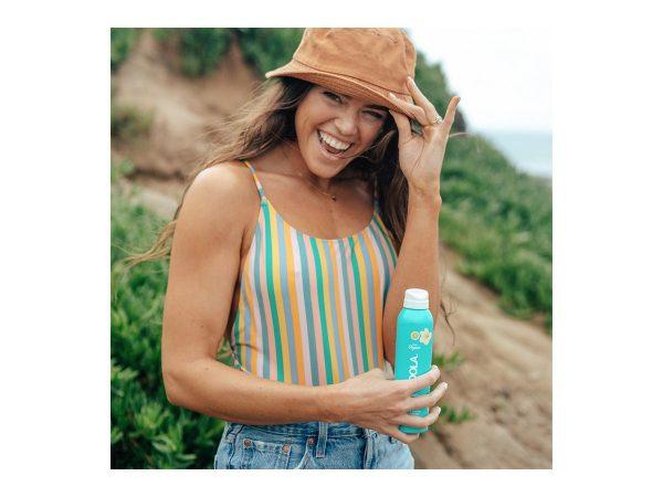 COOLA Classic Spray SPF 30 Tropical Coconut Solbeskyttelse til både ansikt og kropp. Superenkel å bruke og man kommer til overalt, og den fungerer til og med når man sprayer opp ned. Solsprayen er naturlig på duft, ultraren og oppleves ikke klissete på huden. Den er vann- og svetteresistent, fukter og pleier huden og gir optimal beskyttelse mot solen. Ideell å ha med på tur for å spraye ekstra på utsatte steder og til den som vil ha en enkel og kjapp påføring. Inneholder +70% økologiske sertifiserte ingredienser som agurk, alger, jordbærekstrakt og bringebærfrøolje. Svak duft av kokos. Bredspektret SPF 30-beskyttelse Vannresistent opptil 80 minutter Kontinuerlig spraypåføring Rik på antioksidanter Allergivennlig Naturlig duft av kokos Vegansk Reef friendly * * Reef-friendly solkrem uten oxybenzone og octinoxat