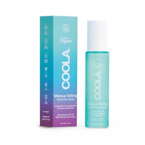 COOLA Makeup Setting Spray SPF30 er en ultralett og mattende setting-spray, som beskytter den følsomme huden i ansiktet og samtidig holder din makeup frisk hele dagen. Den avanserte sammensetningen inneholder ekstrakter fra agurk- og aloe vera som lindrer og gjenoppfrisker huden. Inneholder også hyaluronsyre, som er kjent for å binde fukt, og som er mykgjørende og fuktighetsgivende på huden. Reduserer synligheten av porer, fine linjer og rynker, og beskytter din hud mot skadelige UV-stråler fra solen med bredspektret solfaktor 30.
