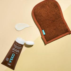 Gradual Tan Firming Lotion er en fuktighetsgivende selvbruningskrem som gradvis bygger opp en naturlig, gyllen farge samtidig som den tilfører næring til huden. Inneholder sheasmør som tilfører fuktighet og koffein som gir spenst til huden. Inneholder70 % økologisksertifiserte ingredienser og 99 % av dem er naturlige. Produktet er vegansk, glutenfritt og beskytter hudbarrieren din. Dufter deilig pina colada. Selvbruningskrem som gradvis utvikler en gyllen farge.  Tilfører fuktighet og næring og forbedrer hudens spenst.  Inneholder 70 % økologisksertifiserte ingredienser. For maksimal farge, ta en dose på størrelse med en krone i håndflaten og fordel den jevnt ut over hele kroppen. Masser den inn med sirkulære bevegelser og la den tørke før du kler på deg. Det går 2-4 timer før den solkyssede fargen har utviklet seg fullt og du kan gjenta prosessen etter behov. La den virke i 6-8 timer før du dusjer. Water (Aqua), Caprylic/Capric Triglyceride, Dihydroxyacetone, Carthamus Tinctorius (Safflower) Seed Oil*, Propanediol, Polyglyceryl-2 Stearate, Cetearyl Alcohol, Glycerin**, Coco-Caprylate, Aloe Barbadensis Leaf Juice Powder*, Butyrospermum Parkii (Shea Butter)*, Caffeine, Alaria Esculenta Extract, Pisum Sativum (Pea) Extract, Lavandula Angustifolia (Lavender) Flower Extract*, Hydrolyzed Adansonia Digitata Seed Protein, Glyceryl Stearate, Simmondsia Chinensis (Jojoba) Seed Oil*, Tocopherol, Cetearyl Glucoside, Stearyl Alcohol, Citric Acid, Carrageenan, Fragrance, Gluconolactone, Potassium Sorbate, Sodium Benzoate. * Ingredients from organic farming ** Ingredients made using organic ingredients