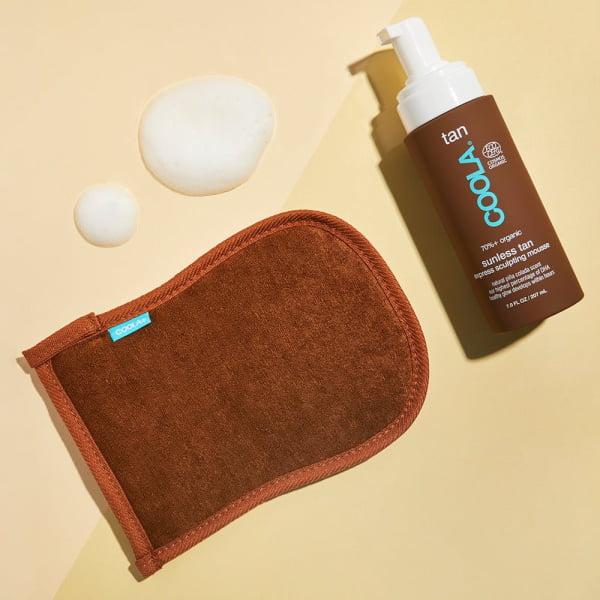 Coola har formulert dette fantastiske økologiske selvbruner-skummet, som med kvalitetsingredienser gir deg en oppbyggbar sommerbrun tan på helt naturlig vis! Produktet er sammensatt av naturlige stoffer - herunder et ekstra høyt innhold av DHA-sukkeraktiver, som er det som gir huden farge helt uten å etterlate lukt. Pleiende ingredienser som planteekstrakter og konsentrert koffein medvirker til å gi deg en bedre og finere hud, ved blant annet å virke oppstrammende, så overflaten etterlates fast og glatt. På kun få timer bygger de naturlige fargeaktiver opp en lekker kulør, som komplimenteres av den tilsatte Piña Colada duft - så forblir det sommer året rundt! Øvrige fordeler: Med 99% naturlig innhold og naturlig farge Kan oppbygges og intensiveres alt etter ønske Ingen striper, flekker eller avsmitting Vegansk og Ecocert - mer enn 70% økologisk Anbefalt bruk Start med å eksfoliere huden grundig. Smør på en rikelig mengde skum rundt på hele kroppen med sirkulære bevegelser for et jevnt resultat. Bruk gjerne en hanske. La produktet tørke inn før du tar på tøy. Etter 2-4 timer har fargen utviklet seg helt, og du kan nå påføre enda et lag hvis du ønsker en enda mørkere hud. Vent i 6-8 timer før du skyller huden, så fargen får lov å sette seg optimalt.